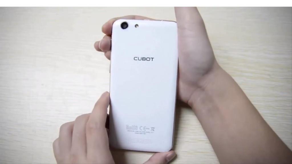Design of the Cubot Note S from the back, held in hands