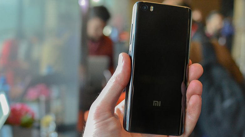 Holding Xiaomi Mi 5 in hand while testing the quality of camera
