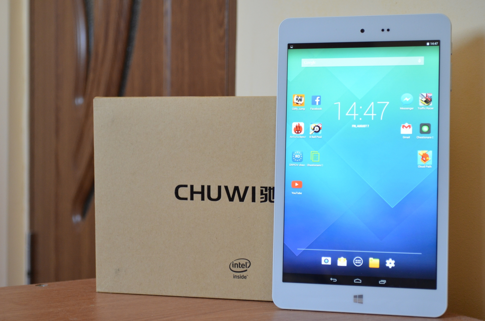 Chuwi Hi8 Pro on the table next to the packaging