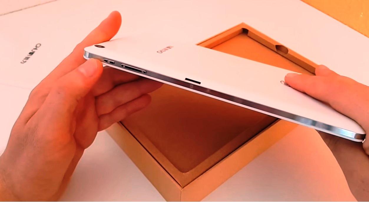 Chuwi Hi8 Pro showcasing the side buttons