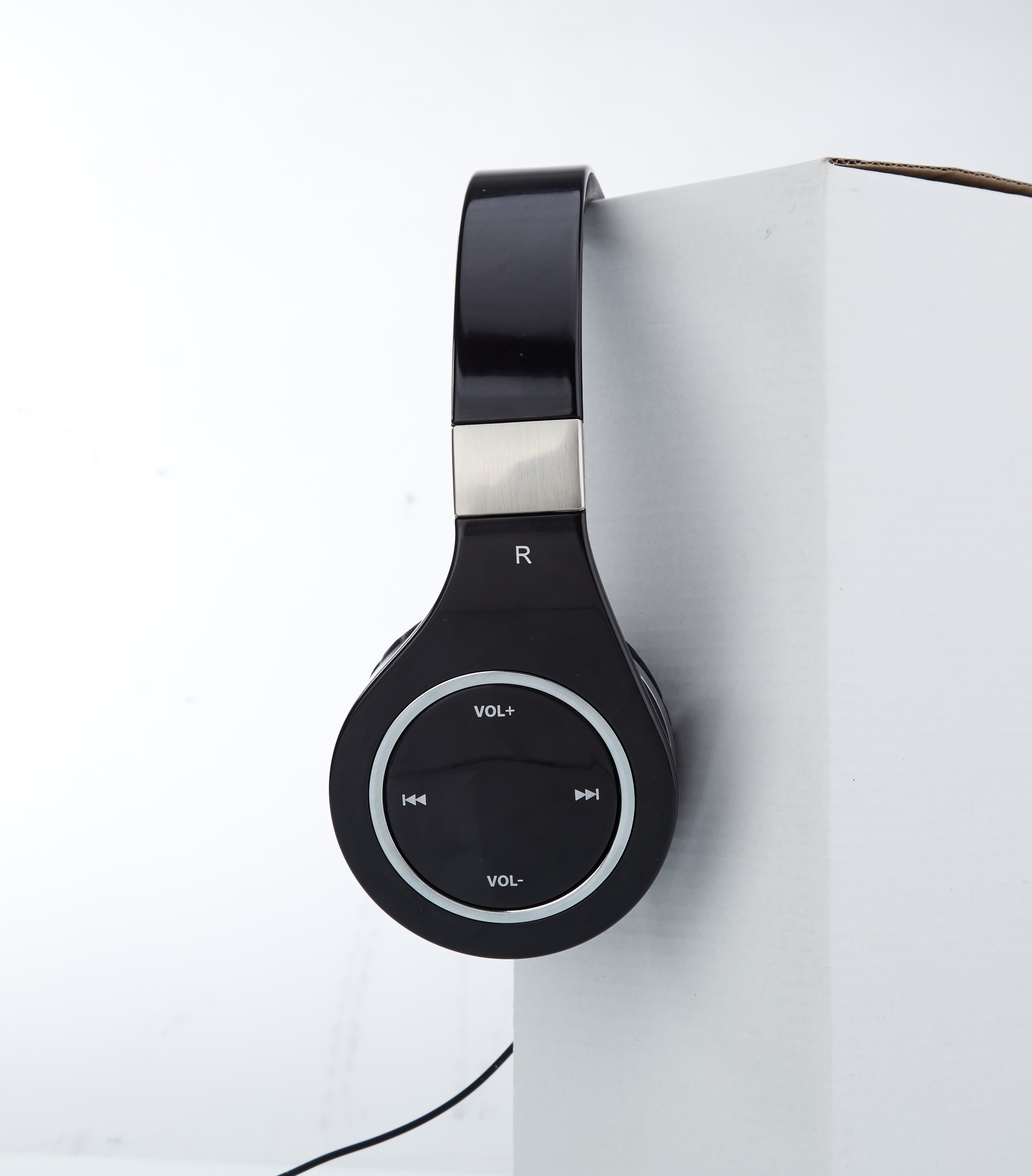 Mixcder 872 HD headphones pictured from the left, white background