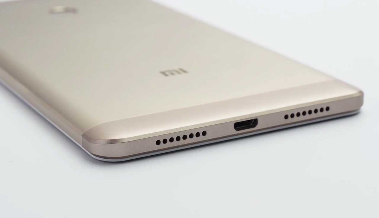 Xiaomi Mi Max Bottom, showcasing the speakers, usb port