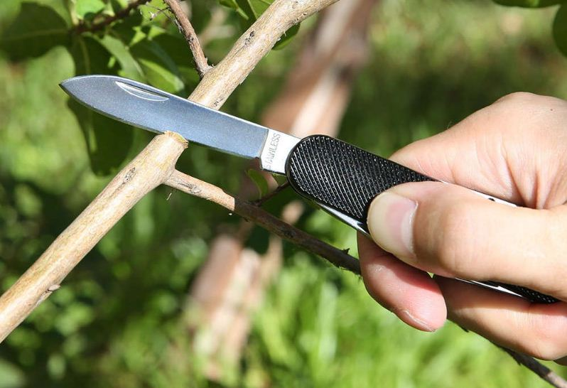 the Zanmax 3101 multitool pocket knife with stainless steel blade and aluminum alloy surface